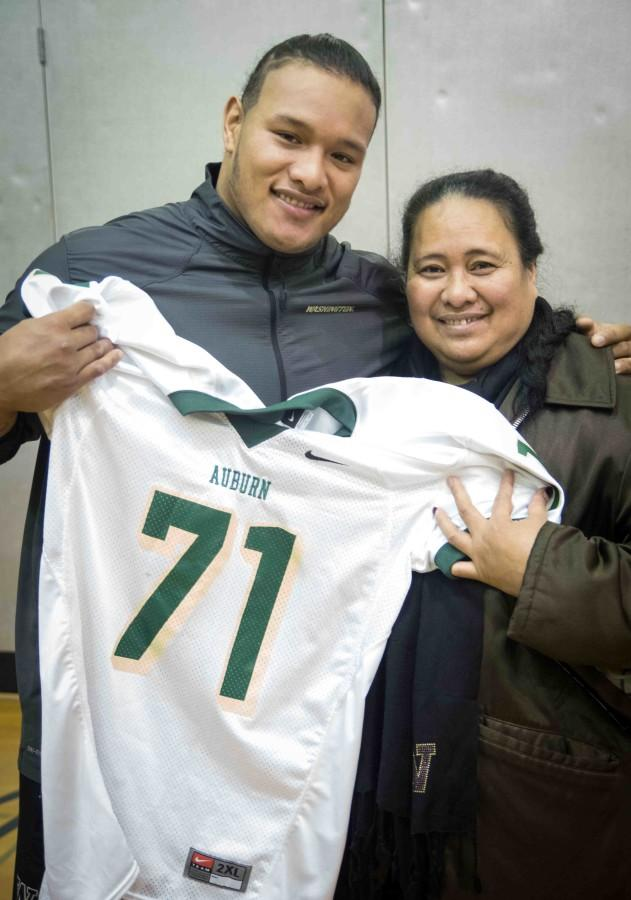 Danny+Shelton+and+his+mother+pose+with+his+retired+AHS+jersey.